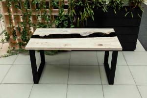 Обеденный стол из карагача с черной рекой