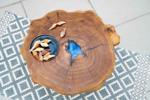 Стол из спила Карагача с голубой заливкой