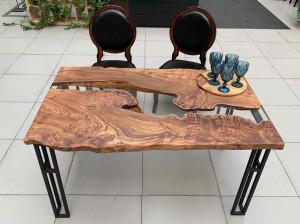 Обеденный стол из спила карагача с прозрачной рекой