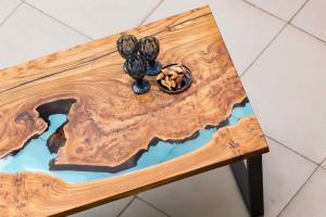 Обеденный стол с голубой рекой