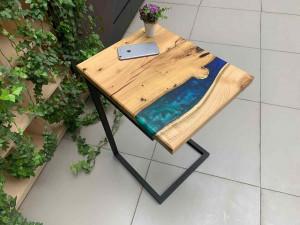 Придиванный стол с рекой сине-зеленого цвета