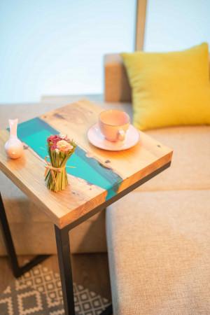 Придиванный стол с рекой цвета морская волна с блестками