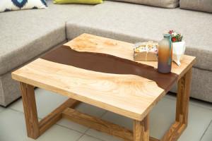 Стол с рекой коричневого цвета