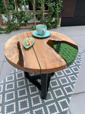 Журнальный стол из массива с зеленой заливкой