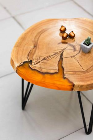 Журнальный столик из дуба с оранжевой заливкой