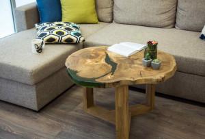 Журнальный столик из дерева карагач с заливкой