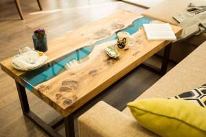 Журнальный стол с голубой рекой из слэба