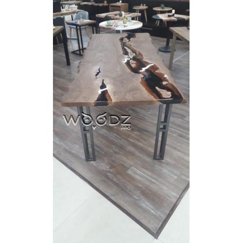 Обеденный стол с заливкой черного прозрачного цвета