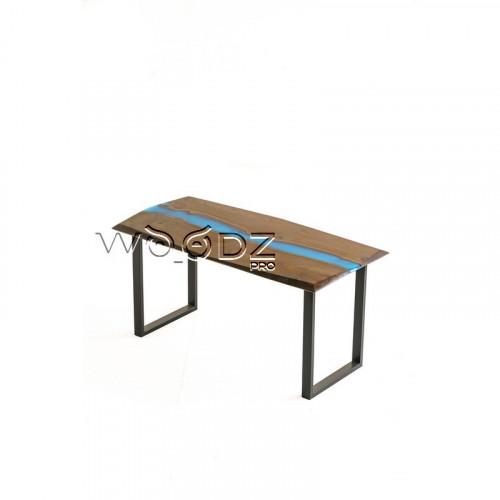 Стол из карагача с рекой цвета королевский синий