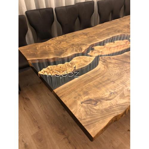 Обеденный стол из спила с рекой черного цвета