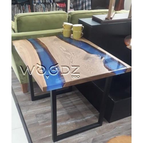 Обеденный стол с рекой синего цвета